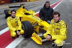 Giancarlo Fisichella, Eddie Jordan y Ralph Firman con el Jordan EJ13