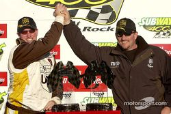 Brad Parrott, jefe de equipo de Dale Jarrett, es felicitado por su hermano y ex jefe de equipo, Todd
