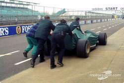 Jaguar Racing crew members push Jaguar back to garajı area