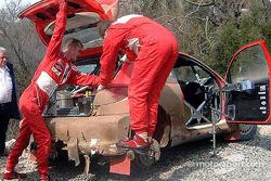 Harri Rovanpera y Risto Pietilainen desesperadamente intentan reparar el Peugeot