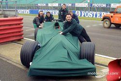 Miembros del Jaguar Racing empujan el Jaguar de regreso a la zona de garage