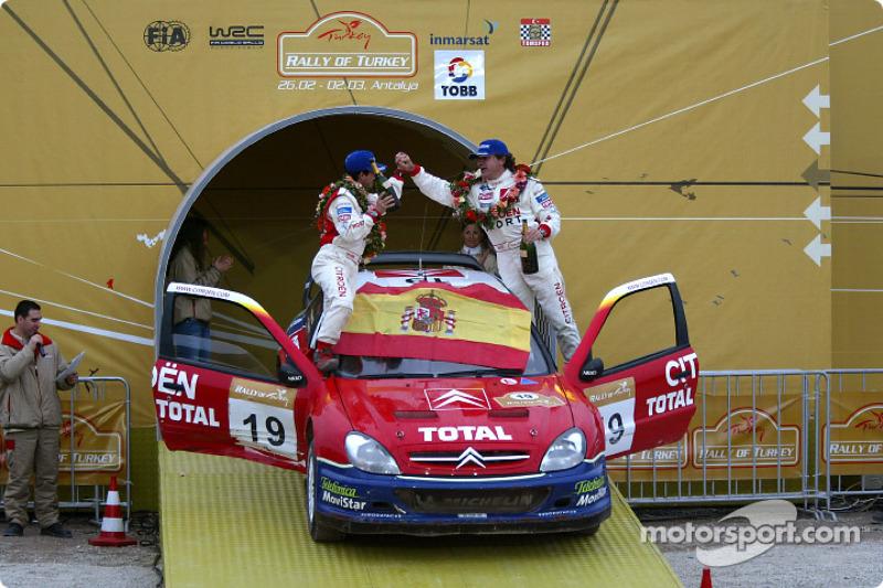 El podio: Carlos Sainz y Marc Marti celebran el triunfo