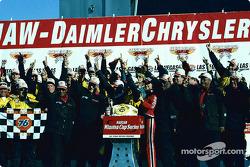 El ganador de la carrera, Matt Kenseth celebra con su equipo