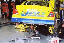 El equipo trabaja en el auto de Dave Blaney