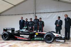 Paul Stoddart, Jos Verstappen, Justin Wilson en Matteo Bobbi met de nieuwe Minardi PS03
