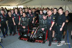 Justin Wilson, Matteo Bobbi, Paul Stoddart y Jos Verstappen con los nuevos Minardi PS03