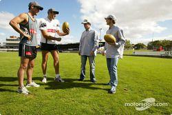 Fernando Alonso y Jarno Trulli juegan con los astros del futbol de reglas australianas, Alan Didak y