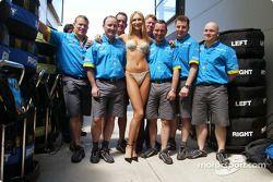 La modelo de Wonder Bra, Marina Dior con un miembro del equipo Renault F1
