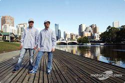Fernando Alonso y Jarno Trulli visitan Melbourne