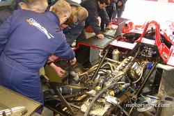 El equipo trabaja en el LMP675 AER-powered Courage C65