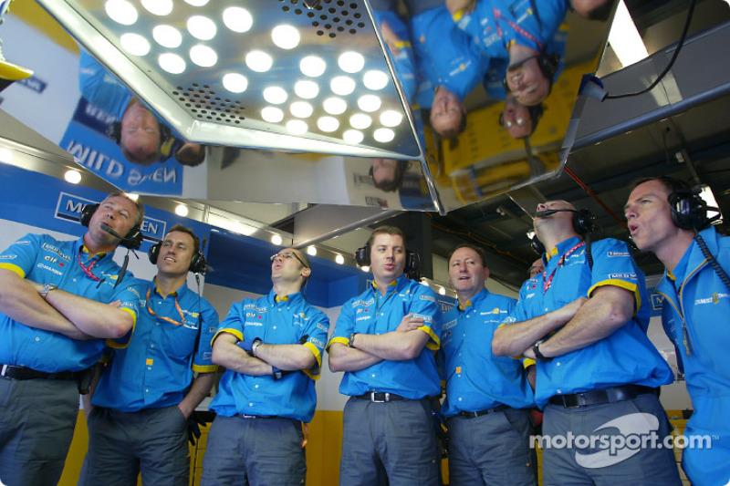 Miembros de Renault F1 observan la carrera de Fernando Alonso
