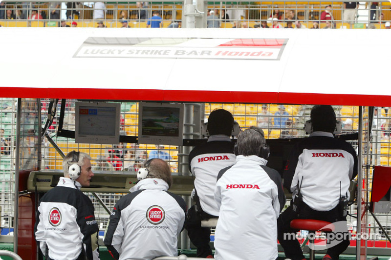 Honda engineers, David Richard and Geoff Willis at BAR pitwall