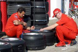 Miembros de Ferrari preparan las llantas
