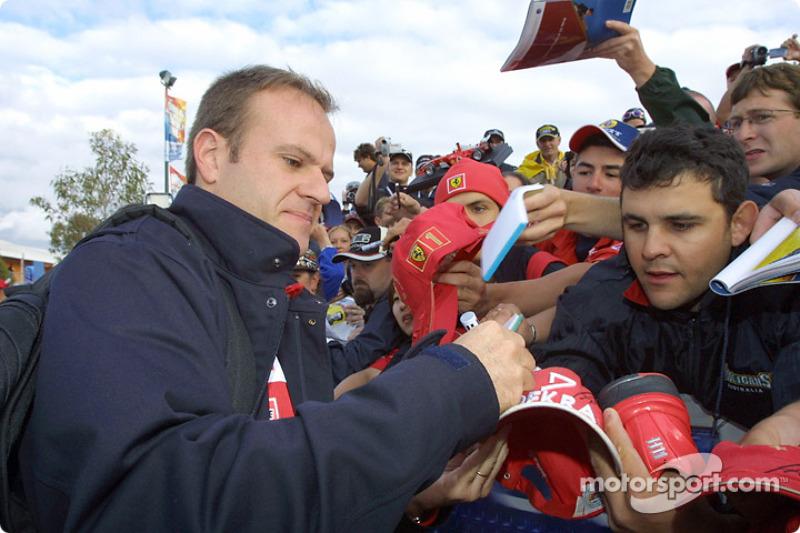 Rubens Barrichello firma autógrafos