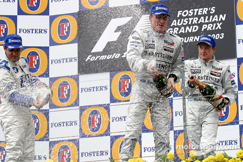 El podio: champaña para el ganador de la carrera, David Coulthard, Juan Pablo Montoya y Kimi Raikkon