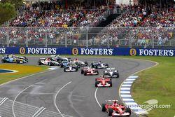 Michael Schumacher lidera a Rubens Barrichello en la primera curva
