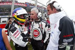 Jacques Villeneuve y Geoff Willis en la parrilla de salida