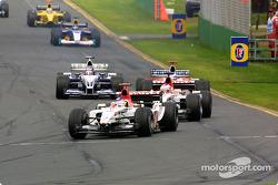 Jacques Villeneuve al frente de un grupo de autos