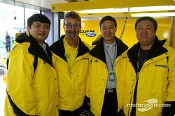 VIPs para el Circuito de Shangai visitan el pit de Jordan: Yu Zhifei, Eddie Jordan, Zhang Xing y Leo
