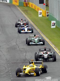 Giancarlo Fisichella delante de un grupo de autos
