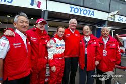 Olivier Panis y Cristiano da Matta con Mr. Tomita, Andersson, Cho y Saito