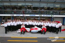 Foto familiar: Olivier Panis y Cristiano da Matta con el Equipo Toyota