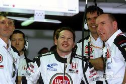 Jacques Villeneuve observa la clasificación