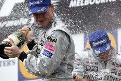 Podio: champán para el ganador de la carrera David Coulthard