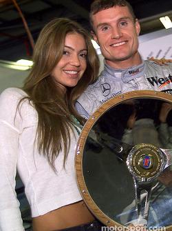 David Coulthard y su novia Simone festejan el triunfo