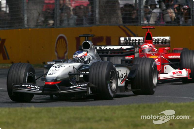 Kimi Raikkonen aventaja a Michael Schumacher