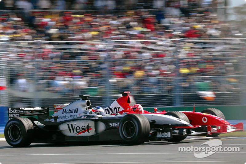 Michael Schumacher intenta rebasar a Kimi Raikkonen