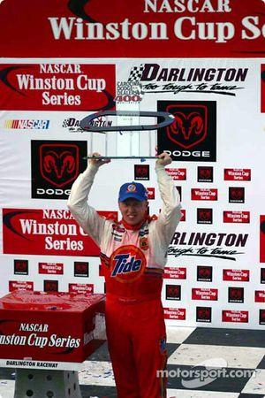 Ricky Craven con el trofeo de ganador