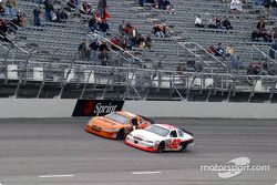 Todd Bodine y Jamie McMurray se acercan a la línea de meta