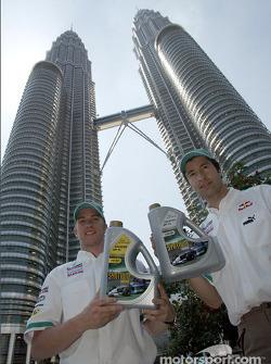 Nick Heidfeld y Heinz-Harald Frentzen frente a las Torres Gemelas Petronas