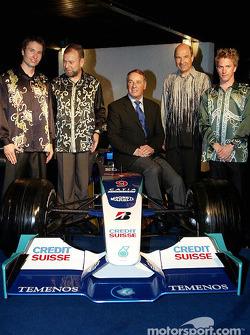 Heinz-Harald Frentzen, Peter Sauber y Nick Heidfeld visten trajes típicos locales