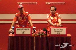Conferencia de prensa: Michael Schumacher y el oficial de prensa de Ferrari, Luca Colajanni