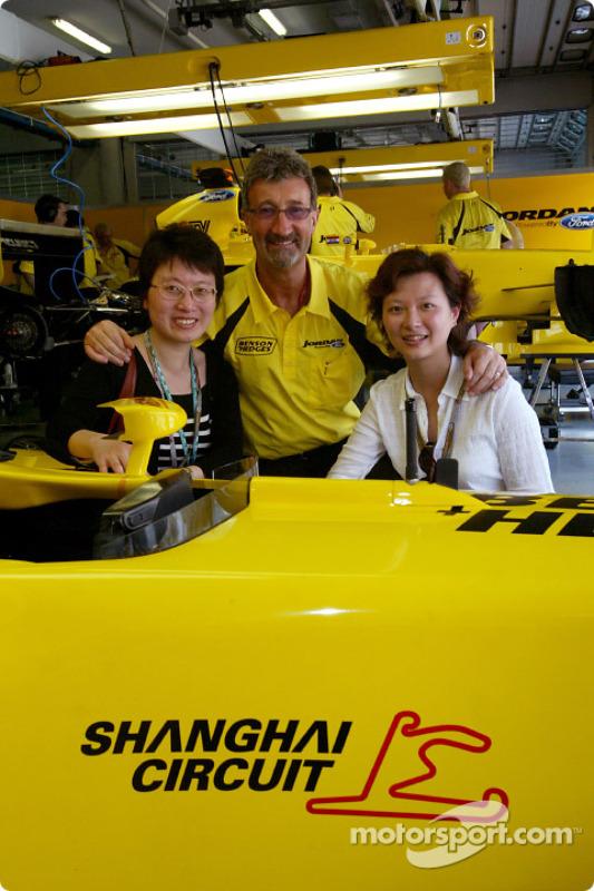 Eddie Jordan with VIPs from the Shangai International Circuit