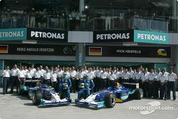 Foto familiar para Heinz-Harald Frentzen, Nick Heidfeld y Team Sauber