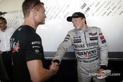 David Coulthard felicita a Kimi Raikkonen por su primer triunfo
