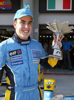 Fernando Alonso y su trofeo