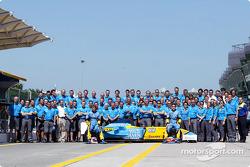 Foto familiar para Fernando Alonso, Jarno Trulli y el equipo Renault F1