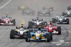 start: Jarno Trulli battles ve David Coulthard