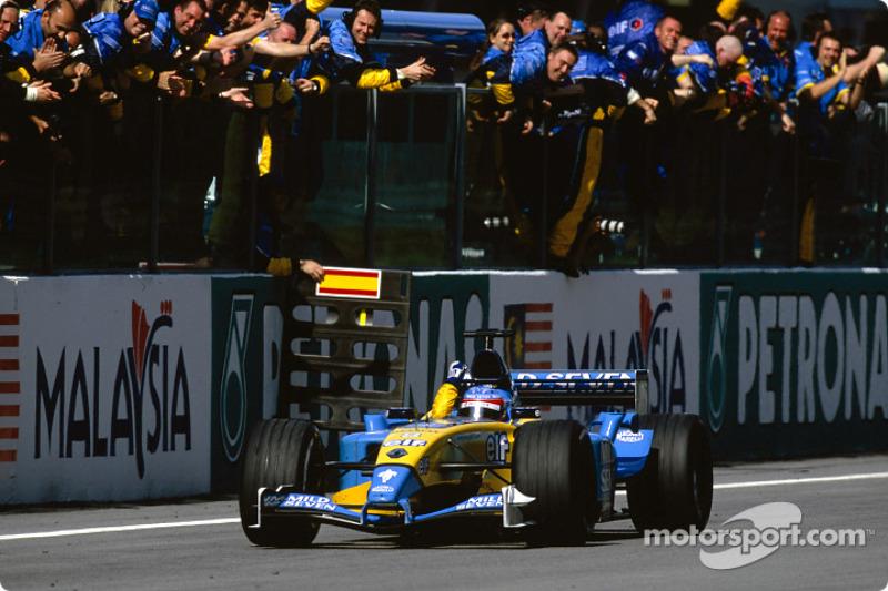 Fernando Alonso recibe la bandera a cuadros en el tercer puesto