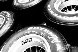 Pilas de llantas Bridgestone