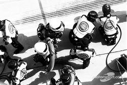 Miembros de BAR esperan a Jenson Button