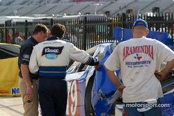 Randy Lajoie revisa el daño en el auto de Joe Aramendia