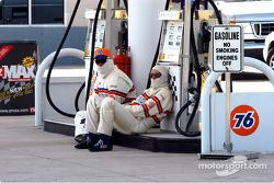 Los chicos de la gasolina se toman un descanso
