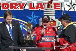 El ganador de la carrera, Joe Nemechek en victory lane con su trofeo