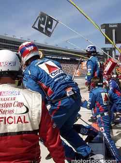 El equipo de pits de Jeff Burton se prepara para la acción