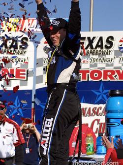 El ganador de la carrera, Ryan Newman en victory lane